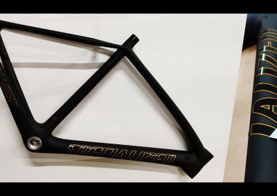 Peinture et réparation cadre de vélo de route en carbone